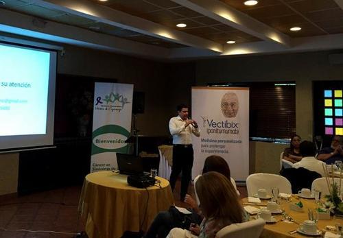Luis Fernando García durante una conferencia sobre nuevos métodos terapéuticos patrocinada por casas farmacéuticas. (Foto: Plaza Pública)
