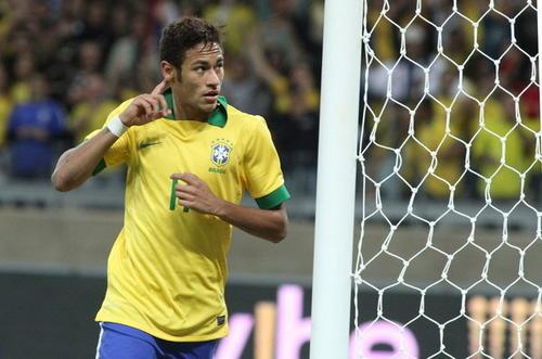 """Neymar compite por el premio """"Puskas"""", gracias a un gol anotado el 15 de junio de 2013 en un juego entre Brasil y Japón"""