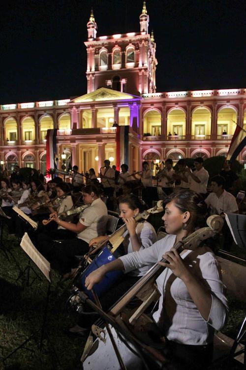 El grupo de jóvenes de la orquesta de instrumentos reciclados del barrio Cateura amenizó la presentación del árbol