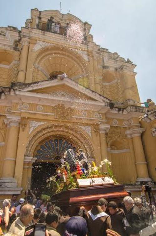La procesión fue recibida con alegría por cientos de lugareños.  (Foto: Jorge Ortiz/Soy502)