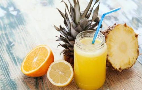 La piña ayuda a eliminar los excesos líquidos y ayuda a tener una mejor digestión. Mientras que la naranja tiene una buena carga de vitamina C, que nos ayuda a prevenir enfermedades como la gripe. (Foto: recetasgratis.net)
