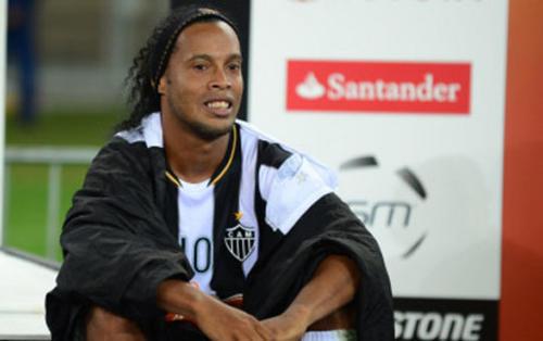 Ronaldinho con el uniforme del Atlético Mineiro y un gesto de dolor.