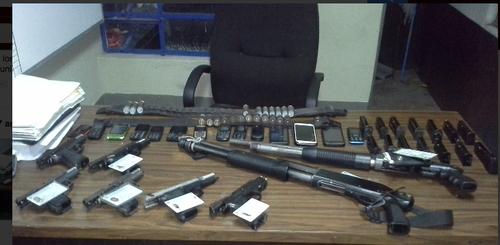 Este es parte del arsenal decomisado a los 14 presuntos secuestradores. (Foto:PNC)