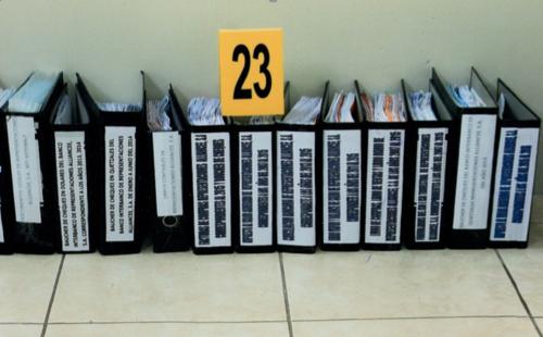 """En la oficina de """"Eco"""" se localizó varias carpetas que contienen información de las sociedades de cartón que estaban vinculadas a Baldetti. (Foto: MP)"""