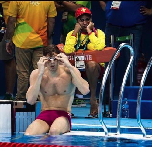 Uno de los salvavidas se nota bastante aburrido durante una competencia olímpica