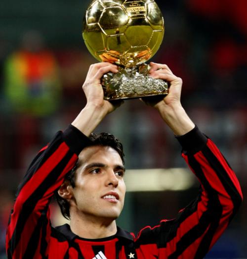 Kaká muestra su Balón de Oro a San Siro, el estadio que lo vio convertirse en una estrella. (Foto: PasionFutbol.com)
