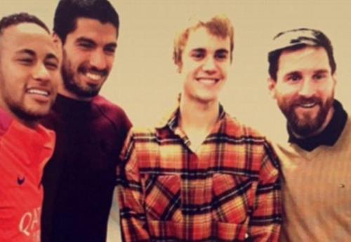 Bieber posando junto a Neymar, Suárez y Messi