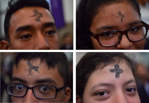 Distintas generaciones acuden a misa para recibir el símbolo del inicio de la Cuaresma. (Foto: Jesús Alfonso/Soy502)