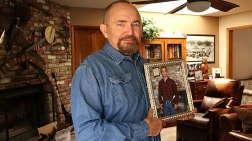 Imagen del padre de Paul Walker sosteniendo la fotografía de su hijo. (Foto: Daily Mail)
