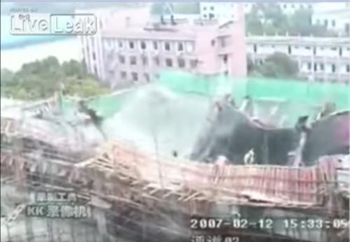 Los trabajadores se desploman al desaparecer el suelo bajo sus pies. (Captura de pantalla)
