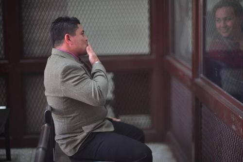 """Marvin Montiel Marín alias """"El Taquero"""" lanza un beso a su esposa durante una audiencia del juicio donde fueron sentenciados por el asesinato de 16 turistas. (Foto: Archivo/Soy502)"""