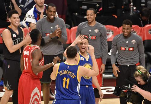 "Tremendo duelo de Thompson y Curry por los ""triples"". (Foto: EFE)"