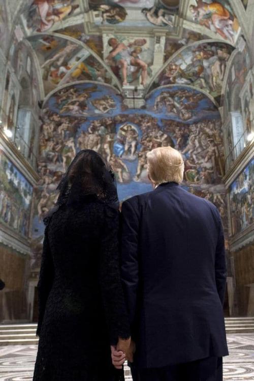 Melania y Trump se toman de la mano, mientras aprecian en la Capilla Sixtina, el mural del Juicio Final de Miguel Ángel. (Foto: Infobae)