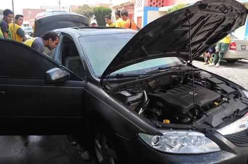 Norales revisa su automóvil, que minutos antes había sido rociado de gasolina