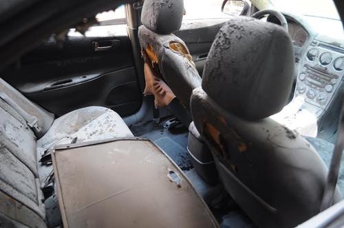 El auto sufrió muchos daños tanto por fuera como por dentro