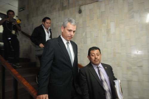 El diputado Christian Boussinot, en compañía de su abogado defensor, baja las gradas de tribunales después de presentarse ante la jueza pesquisidora. (Foto: Jesús Alfonso/Soy502)