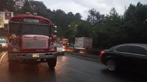 La ruta hacia carretera a El Salvador es una de las más congestionadas, llegando las filas hasta la zona 13. (Foto: Amílcar Montejo)