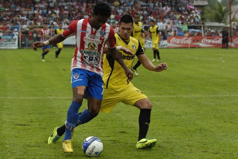 Anderson Andrade, uno de los anotadores del juego, conduce el balón. (Foto: Nuestro Diario)
