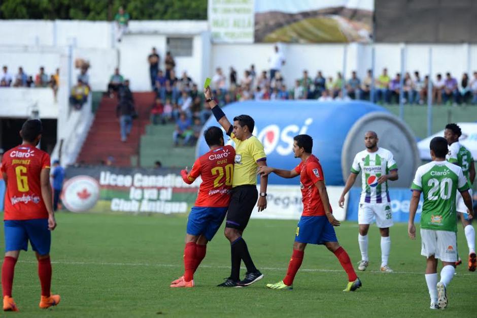 """El árbitro Ever López persigue varios metros a Carlos """"el Pescado"""" Ruiz, para amonestarlo y lo hace cuerpo a cuerpo. (Foto: Nuestro Diario)"""