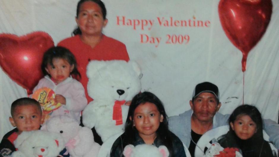 Esta foto es el único recuerdo de Quiej junto a sus cinco hijos y su esposo, quien fue deportado. (Foto: Twitter)