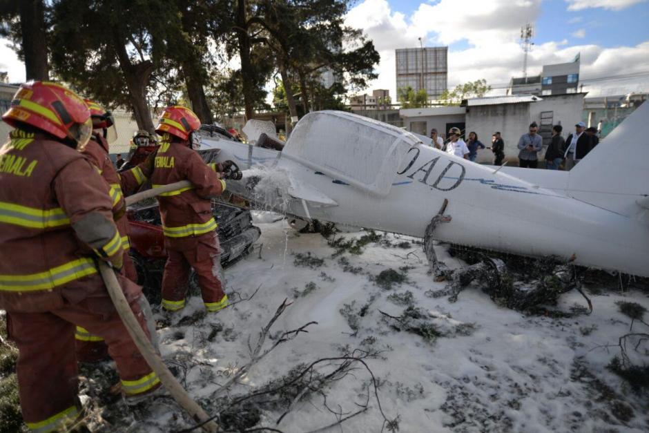 Los bomberos rápidamente aplicaron espuma sobre la avioneta accidentada. (Foto: Wilder López/Soy502)