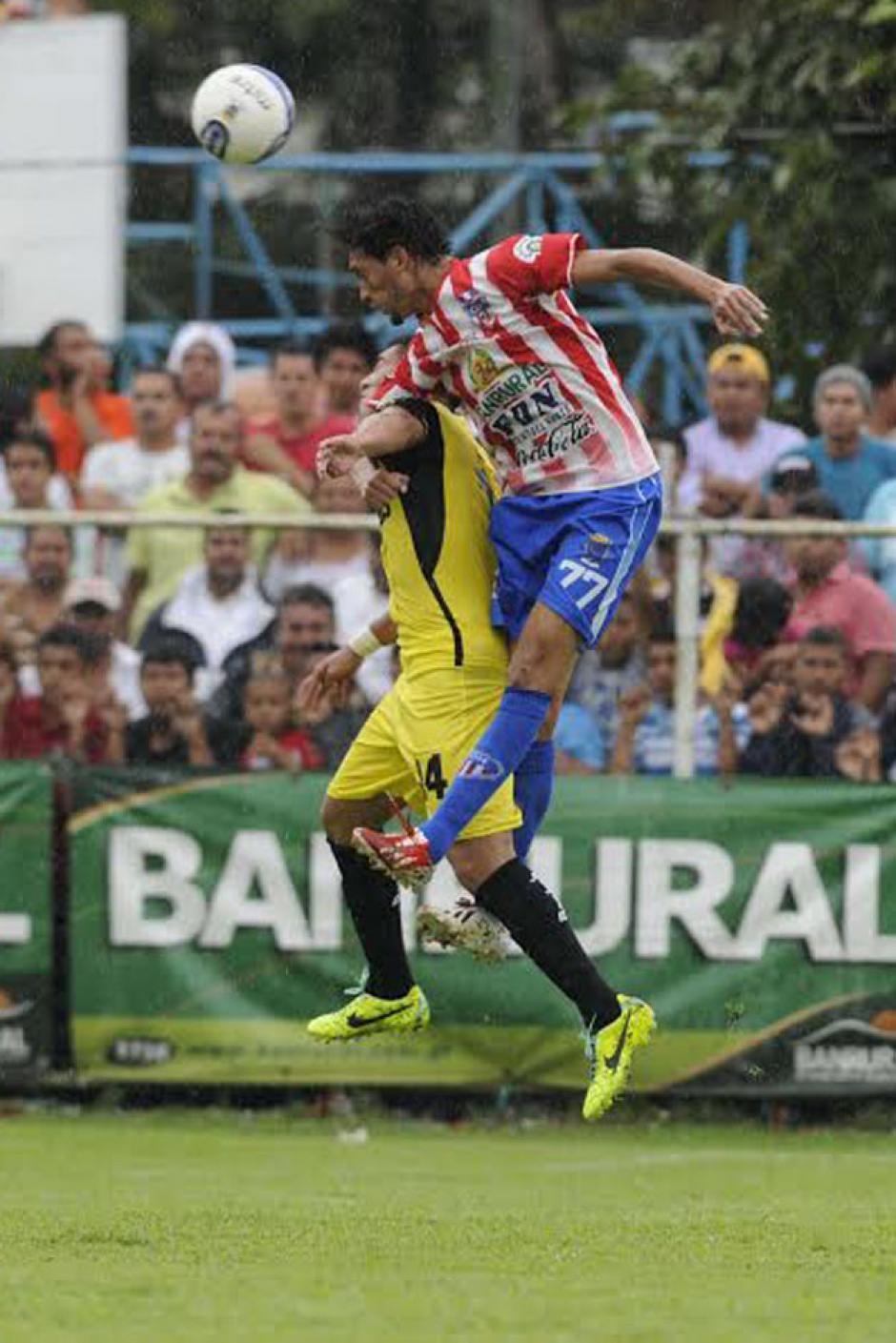 """Osman el """"chalupa"""" López cabecea ante la marca de Rafa Morales."""
