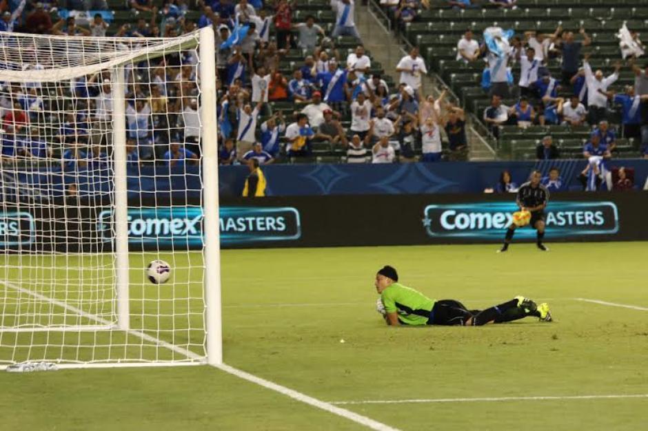 El portero salvadoreño no puede contener el remate de Marco Pappa, para el gol de Guatemala. (Foto: Fedefutbol)