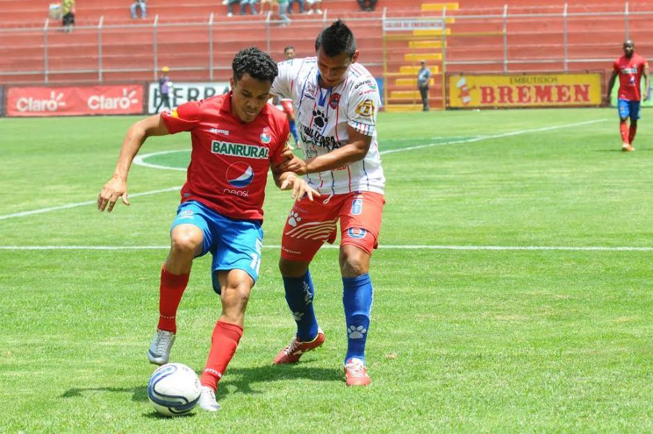 """""""El Rambo"""" De León abrió el marcador con un tiro libre ante Iztapa. (Foto: Sergio Muñoz/Nuestro Diario)"""
