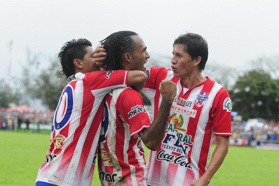 Enrique Miranda celebra con sus compañeros el 1-0 a favor de Heredia en el juego de ida de la final ante Comunicaciones. (Foto: Nuestro Diario)