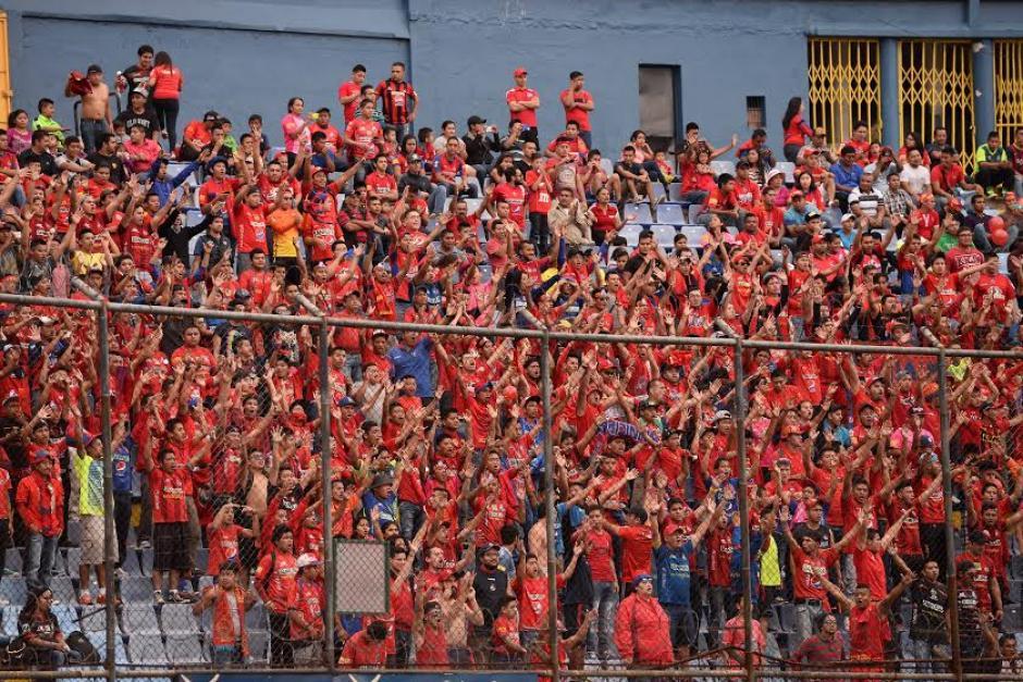 La afición de Municipal alentó y llegó en buen número al Estadio Mateo Flores. (Foto: Nuestro Diario)