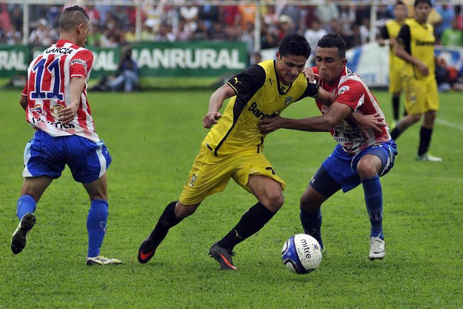 Jairo Arreola disputa el balón ante Wilfred Velásquez, quien anteriormente ha jugado para los cremas. (Foto: Nuestro Diario)