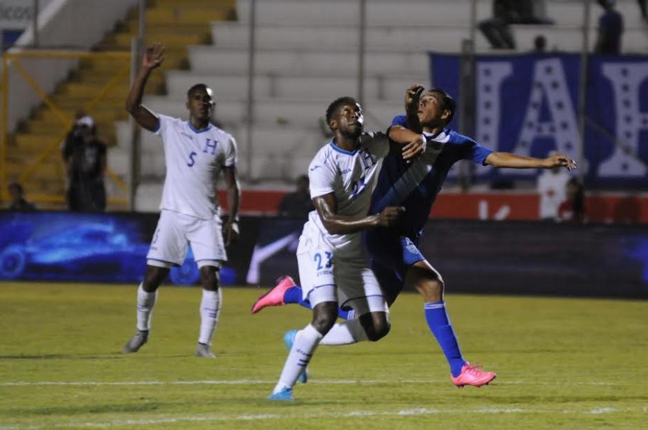 Gerson Tinoco, el delantero nacional recibe el fuerte marcaje de la defensa catracha.(Foto: Orlando Chile/ Nuestro Diario)