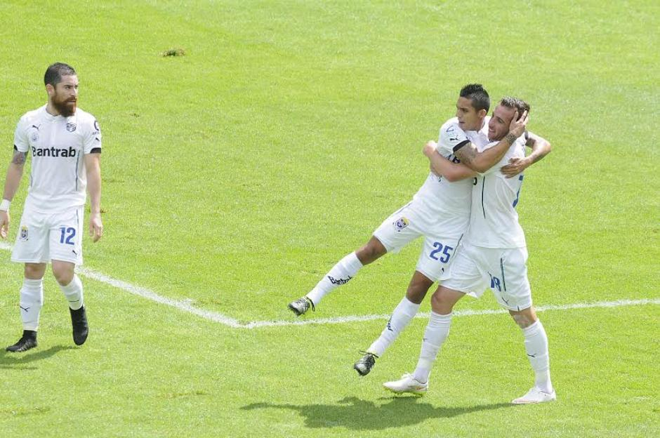 El argentino Emiliano López, es felicitado por Jorge Aparicio, tras anotar el gol de Comunicaciones que ganó el Clásico 290. (Foto: Nuestro Diario)
