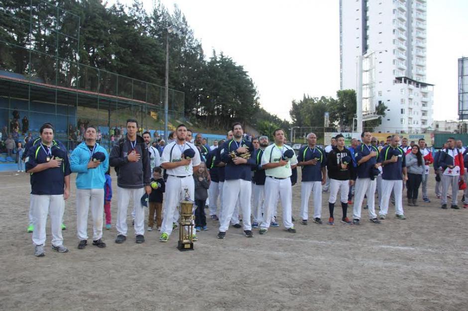La novena de Guatemala canta el himno nacional, tras ganar el campeonato centroamericano de Sóftbol. (Foto: CDAG)