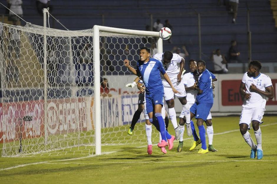 Gerson Tinoco anticipó a la zaga catracha y marcó el gol del empate 1-1 de Guatemala, frente a Honduras.(Foto: Orlando Chile/ Nuestro Diario)
