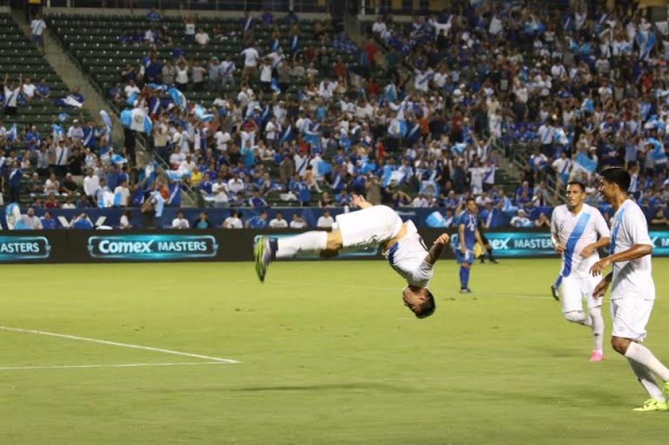 El vistoso festejo de Marco Pablo Pappa, tras marcar el gol de Guatemala. (Foto: Fedefutbol)