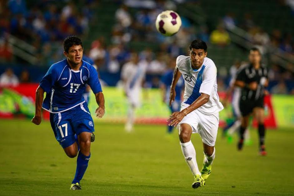 Moisés Hernández, en plena disputa del balón con un zaguero salvadoreño. (Foto: Germán Alegría/Nuestro Diario)