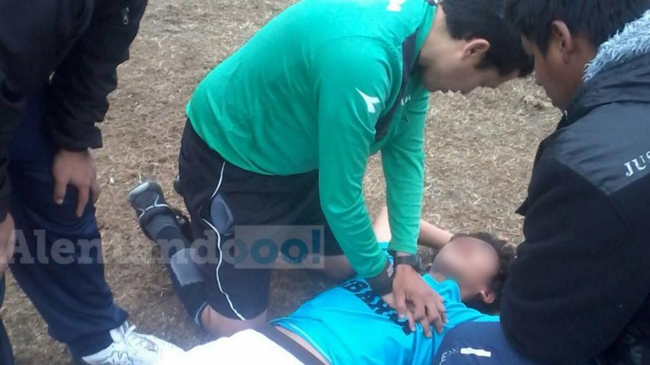 árbitro salva a un joven de 13 años foto
