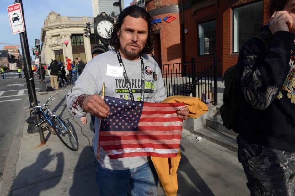 Uno de los hombres que ayudó a trasladar heridos durante los bombazos en la Maratón de Boston el 15 de abril de 2013. Foto AFP