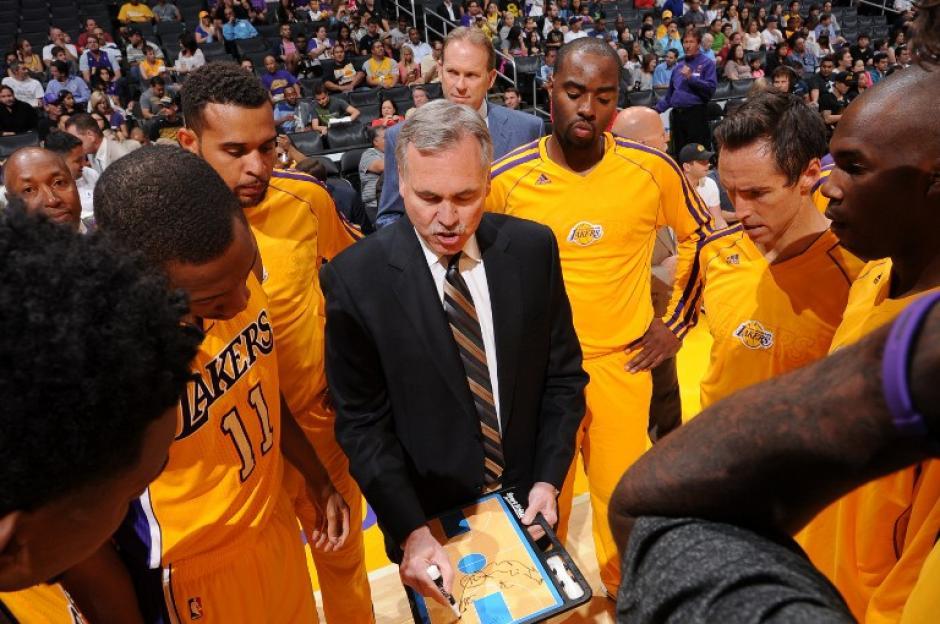 Los Lakers necesitan mejorar en lo que resta de pretemporada.(Andrew Bermstein/AFP)