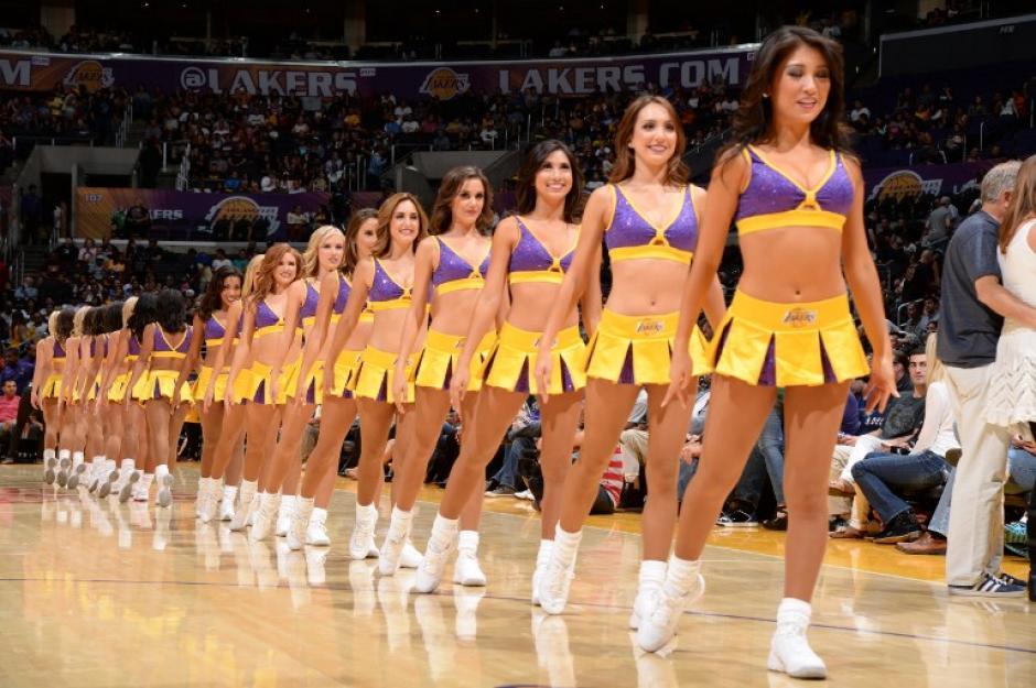 Ellas se robaron las miradas y fueron el único motivo de celebración para los aficionados de los Lakers.(Andrew Bermstein/AFP)