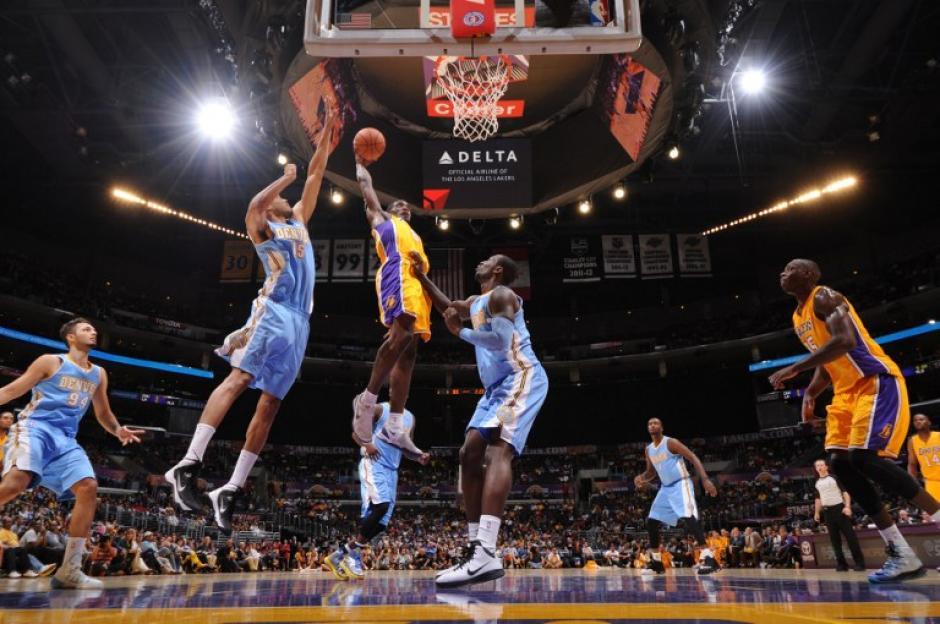 Los Nuggets de Denver superaron a los Lakers de Los Ángeles en partido de pretemporada. (Andrew Bermstein/AFP)