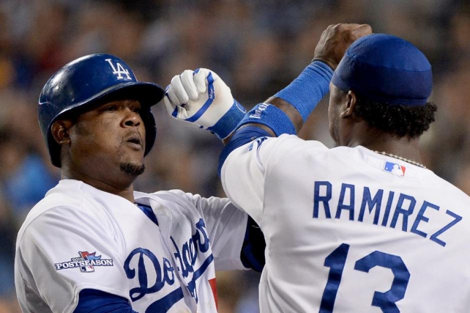 Uribe y Ramírez se felicitan, tras el triunfo sobre Atlanta, para que los Dodgers avancen en la serie disional de la Liga Nacional. (Harri How/AFP).