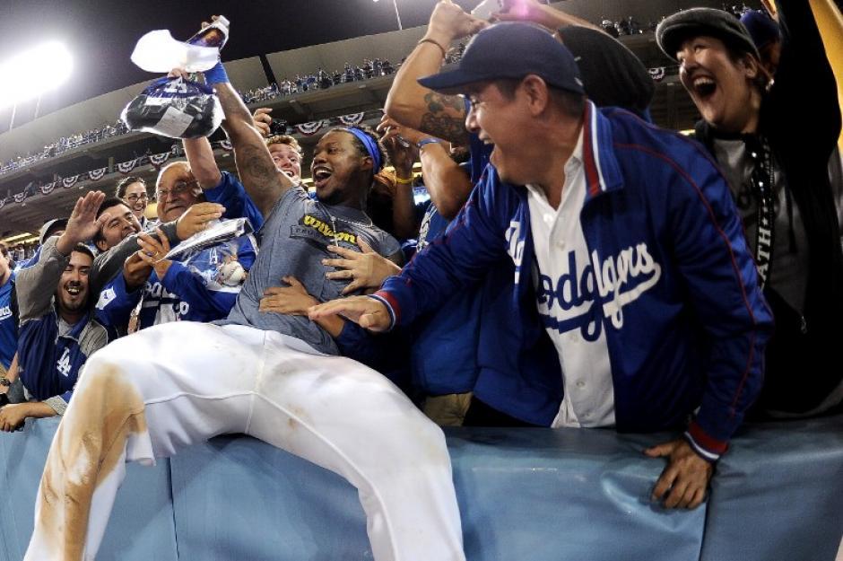 Los aficionados de los Dodgers disfrutaron con sus peloteros el triunfo sobre Atlanta. (Harri How/AFP)