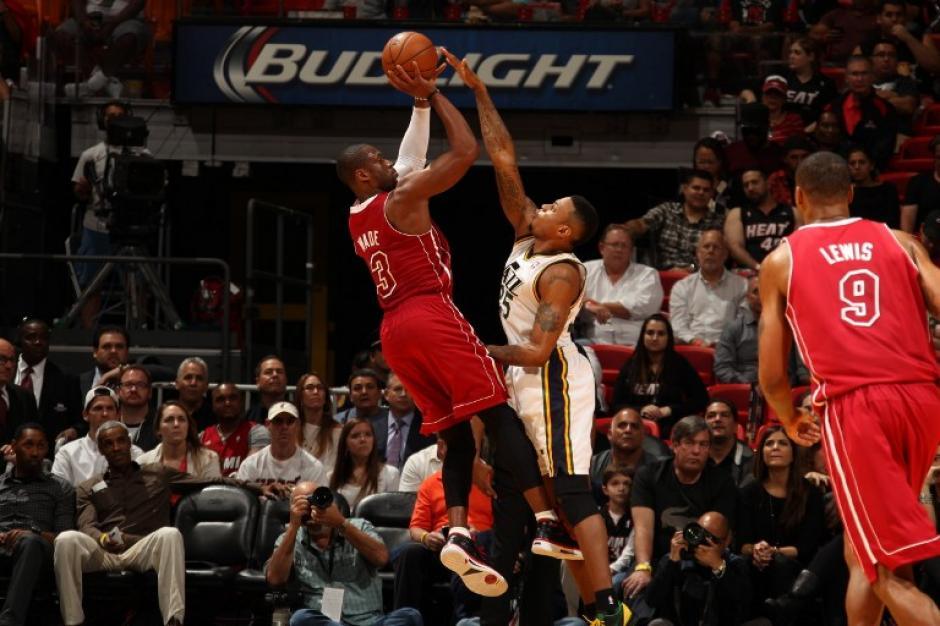 Dwyane Wade dispara ante la defensa de los Jazz de Utah