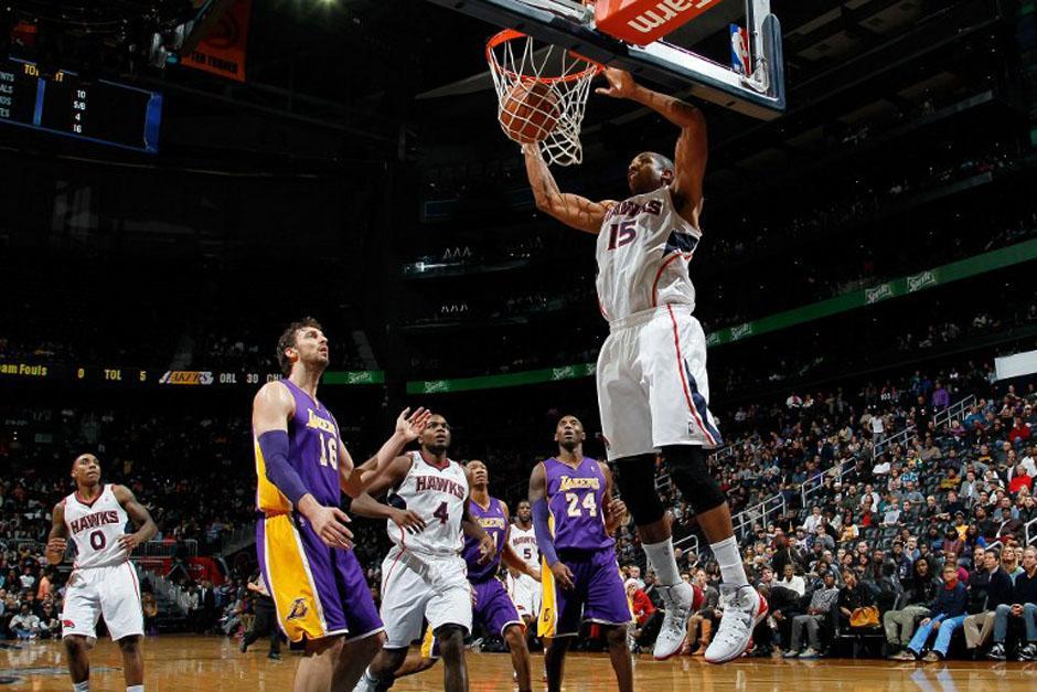 Al Horford de los Hawks de Atlanta anota ante Pau Gasol de los Lakers en el Philips Arena