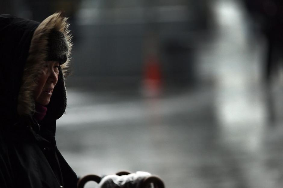 Las ventas de sombrillas se han disparado a raíz de las tormentas de nieve y granizo. Foto AFP