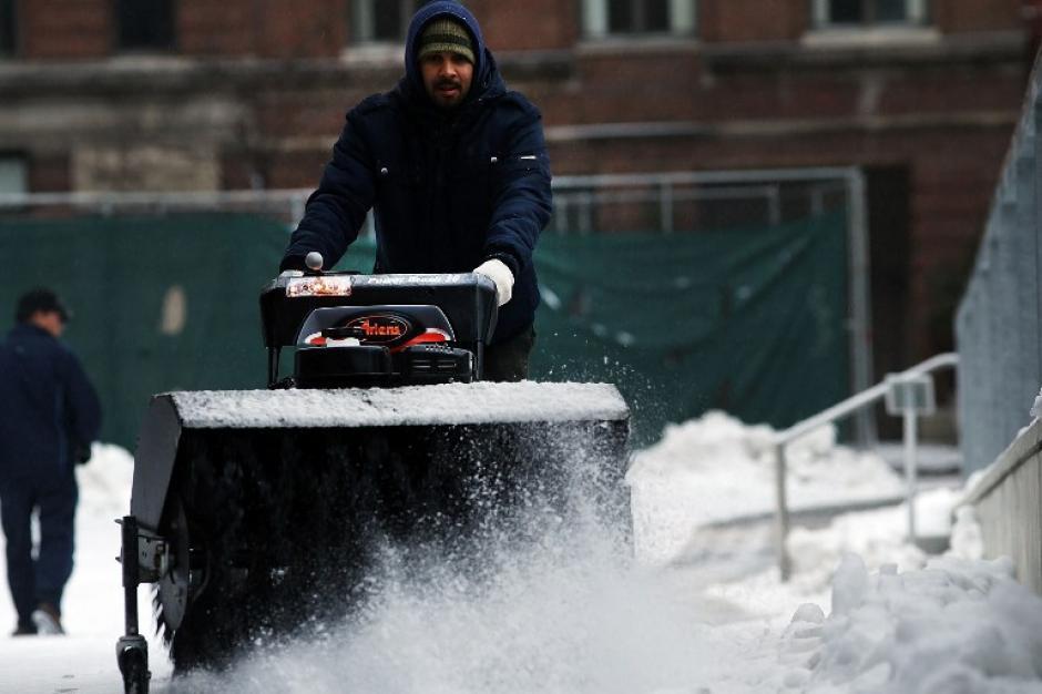 Con máquina limpianieves, se intenta despejar una de las vías en Manhattan. Foto AFP