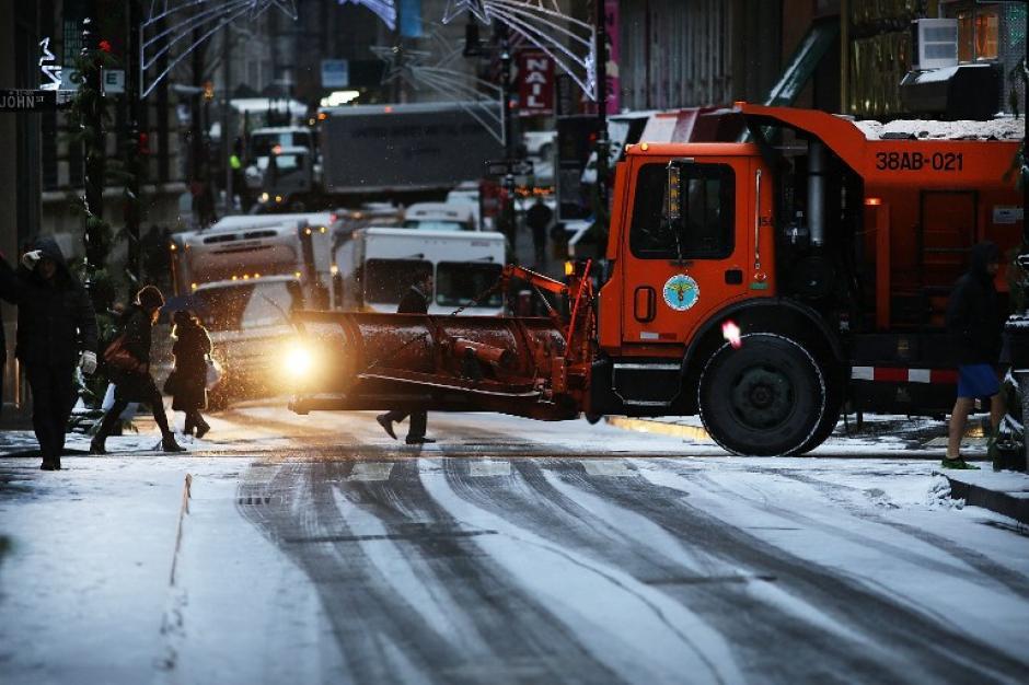 Un camión removedor de nieve intenta aplanar la calle, después que cayeran al menos 4 pulgadas de nieve. Foto AFP