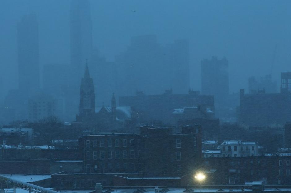 Edificios en el área de Brooklyn en Nueva York apenas son visibles debido al mal tiempo en Estados Unidos. Foto AFP